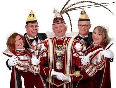 Kabinet Prins Hans den Vierde (Ruijs) met van links naar rechts: Rosanne van der Heijden, John Nijenhof, Prins  Hans den Vierde, Lars Hut en Nienke Janssen