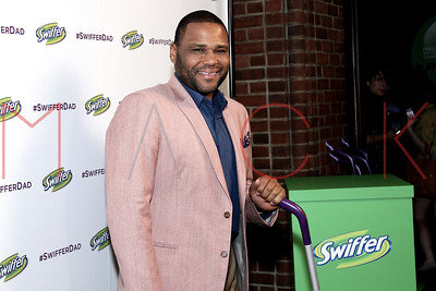 NEW YORK, NY - APRIL 14:  Anthony Anderson unveils The #SwifferDad Video.