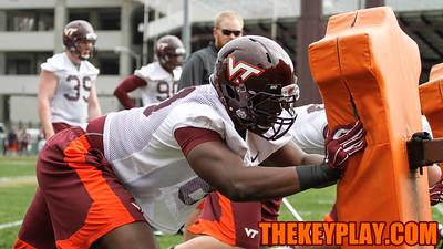 Freshman DE Yosuah Nijman goes through position drills. (Mark Umansky/TheKeyPlay.com)