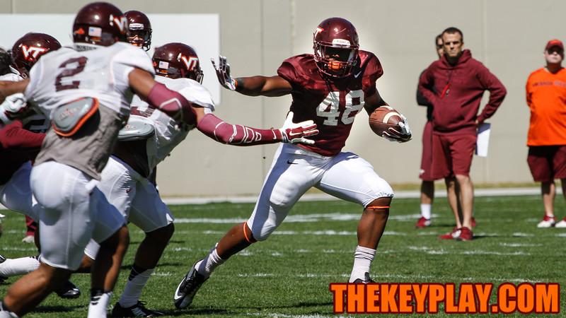 D.J. Reid puts up a stiff arm on a run to the outside. (Mark Umansky/TheKeyPlay.com)
