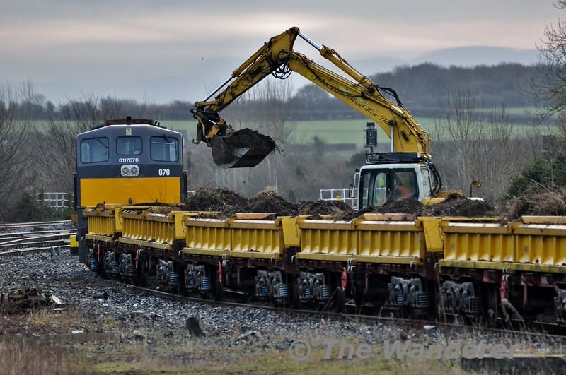 Spoil train being unloaded at Portarlington. The train later went 1045 Portarlington - North Wall. Fri 20.02.15