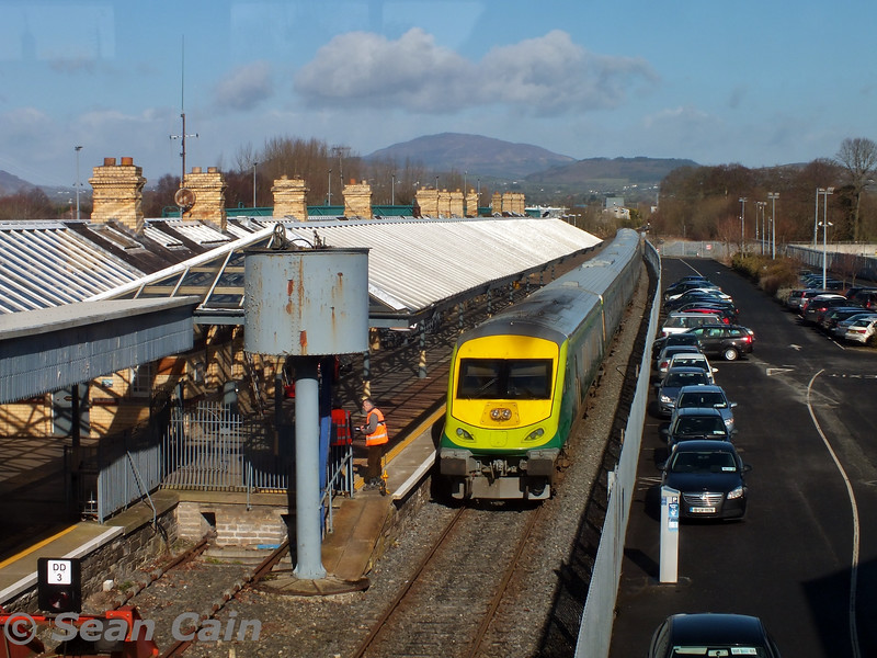 4006 makes for a strange scene at Dundalk while undergoing gauging tests. Wed 04.03.15 <br> <br> Photo courtesy of Sean Cain.