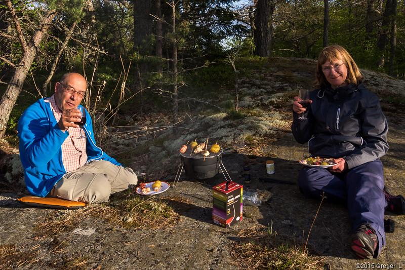 Einar och Inkeri med grillmat