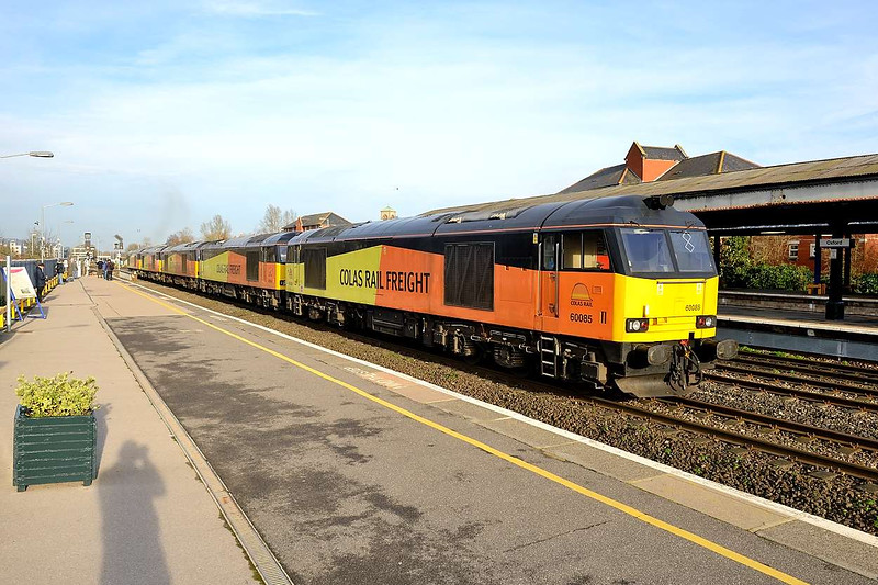 28 December 2015 :: After engineering train duties over Christmas, Colas were sending 5 Class 60 locomotives back up North as train 0M87 from Hinksey to Bescot.  The locomotives are 60026, 60095, 60087, 60056 & 60085 and are seen departing Oxford after a signal check
