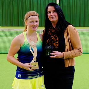 112. Lara Salden en trotse moeder - ITF Heiveld junior indoor open 2015_12a