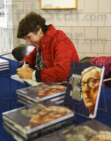 MET 012415 BARB MORROW BOOK SIGNING