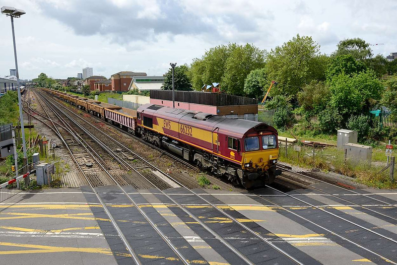1 June 2015 :: 66232 is pictured at Northam on 6O41 from Westbury to Eastleigh