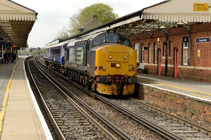 1 May 2015 :: Another view of 37688 and 5Z68 at Basingstoke