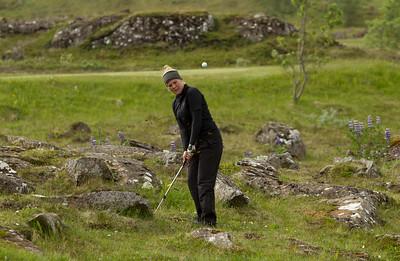 Keppendur í meistaraflokki kvenna voru ræstar út fyrstar í Grafarholti. Hér sést Gerður Hrönn Ragnarsdóttir, sem átti rástíma klukkan sjö vippa inn á sautjándu flötina.