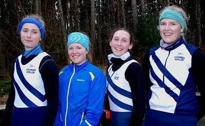En sliten men smilende jentefirerer etter endt trening