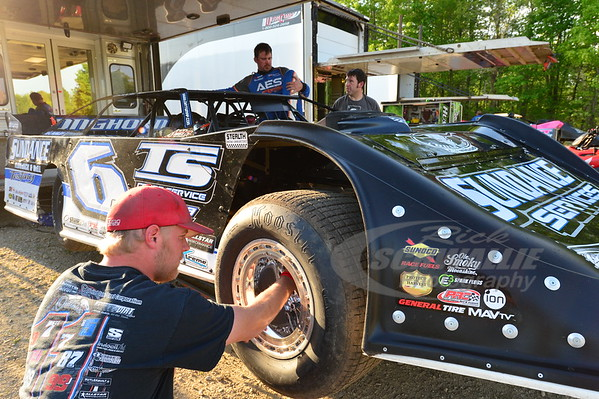 Bryan Liverman checks tire pressure for Jonathan Davenport