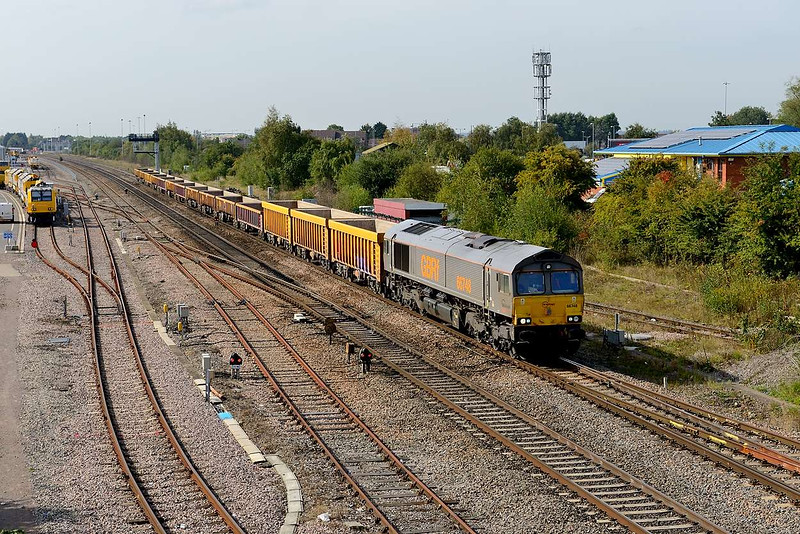 29 September 2015 :: 66748 is seen at Swindon working 6M40 from Westbury to Stud Farm