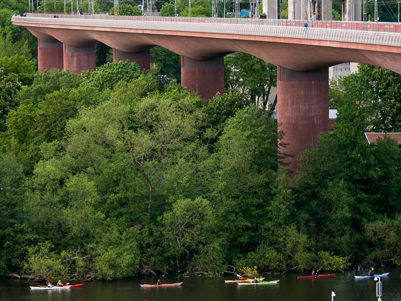 Under nya järnvägsbron på södra sidan
