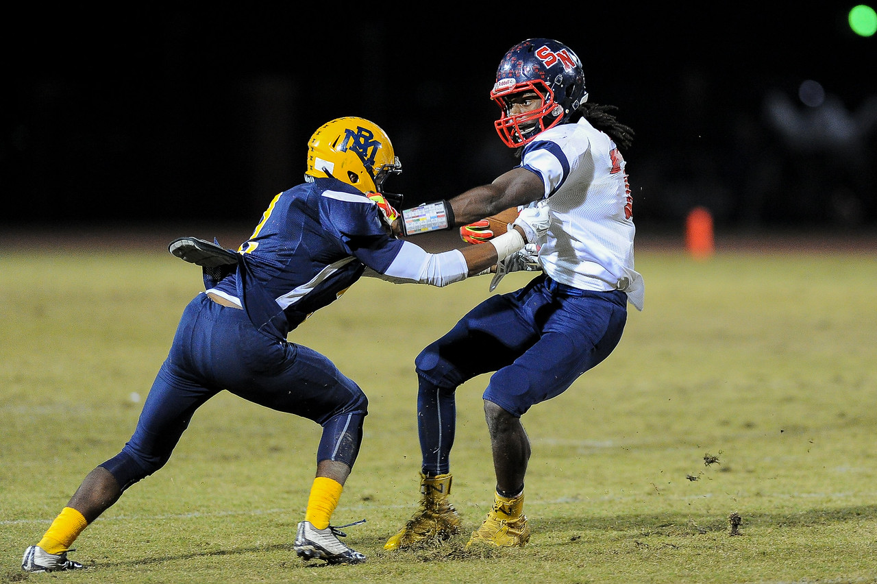 """Southern Nash Nadir """"flash"""" thompson (7) and Rocky Mount Jac'quel Walker (2) Rocky Mount defeats Southern Nash 35-14 Friday evening October 30, 2015 in Rocky Mount, NC (Photos by Anthony Barham / WRAL contributor.)"""
