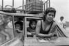 Mexico : Una tarde de calor en el centro de la ciudad . A hot afternoon at downtown / Mexiko : Eine Frau schaut mit ihren Kindern aus einem Fahrzeug © Andrea Diaz-Perezache/LATINPHOTO.org