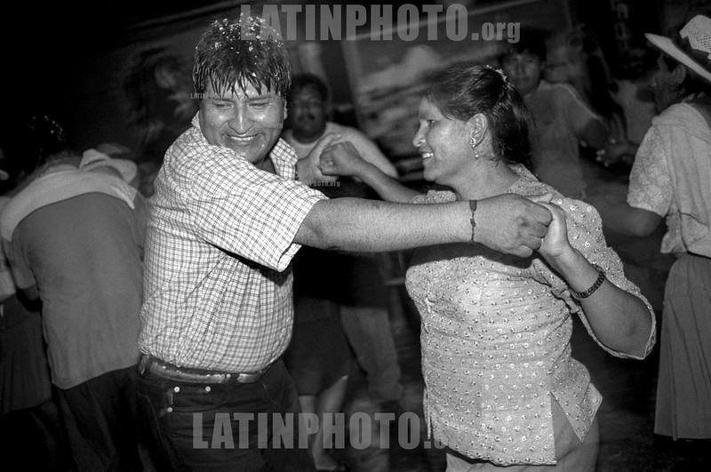 Bolivia : Baile de Evo Morales y Leonida Zurita Vargas en en la ciudad de Chiripi ( Provincia del chapare ) despues del Acto que confirma la despedida del poder de Sanchez de Losada . El 18 de octubre 2003 / ARGENTINA : Evo Morales and Leonida Zurita Vargas dancing after the act of renouce of Sancez de Losada. City of Chiripi in the Chapare region . Tropic of Cochabamba . the 18 october 2003 / ARGENTINE : Evo Morales et Leonida Zurita Vargas en pleine dance apres l'acte du MAS le lendemain de la demision de Sanchez de Losada - Ville de Chiripi dans la jungle du Chapare , Tropique de Cochabamba le 18 octobre 2003 / Bolivien : Evo Morales tanzt  - Archivbild aus dem Jahr 2003 © Nicolas Pousthomis/Sub.Coop/LATINPHOTO.org  ( This picture is blocked for publication in France )