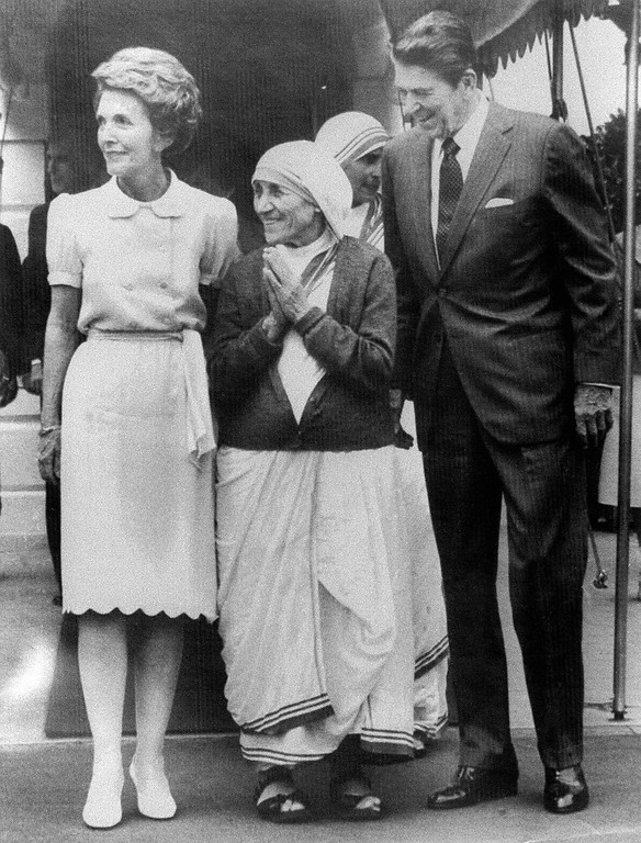 ". This May 1981 file photo shows then US president Ronald Reagan (R) and his wife Nancy (L) bidding farewell to the 1979 Nobel Peace Prize Mother Teresa (C) at the White House in Washington, DC.  Reagan, an icon to Republicans and a hero to those Americans who remember him as the man who brought down the ""Evil Empire,\"" died 05 June 2004 at the age of 93 at his home in Bel Air in southern California, US media reported.   (AFP/Getty Images)"