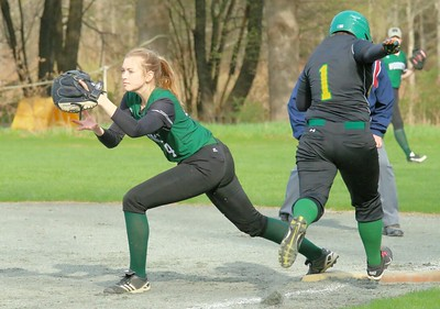 Elizabeth Fitzpatrick tags runner out at first