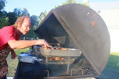 IMG_0716 Angelo Tump Chiari,,cooking ribs and chicken,,owner of Squeels on Wheels catering of lublow