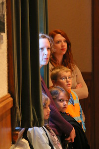 IMG_6233 charlotte hultquist and her kids anna, madelyn and asher listen to candidates