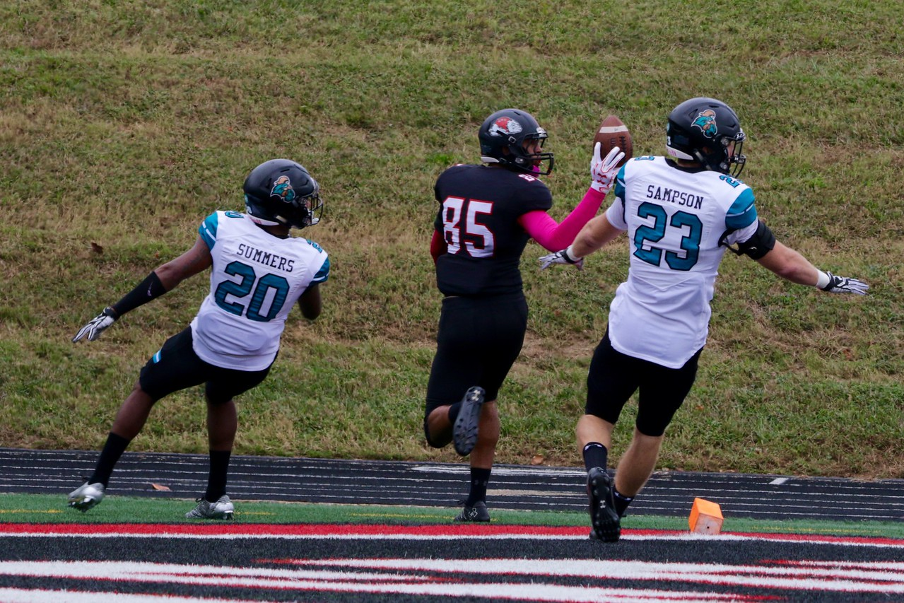 #85, Adonus Lee, makes the catch.