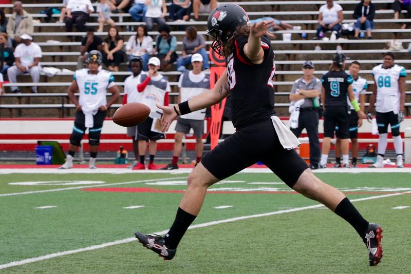 #89, Andrew Komornik, kicks the ball.