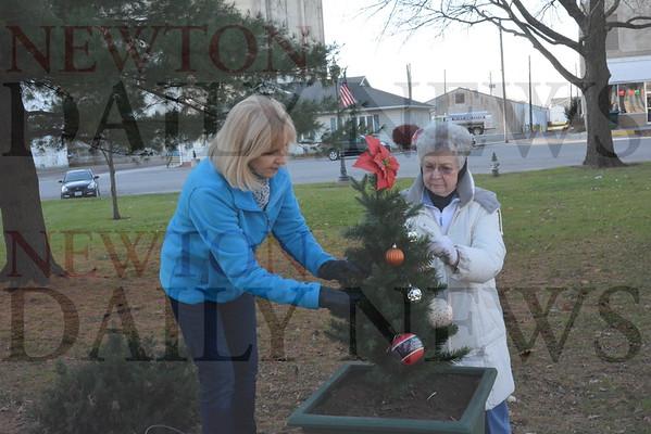 2016 Prairie City Garden Club tree decorating on the square