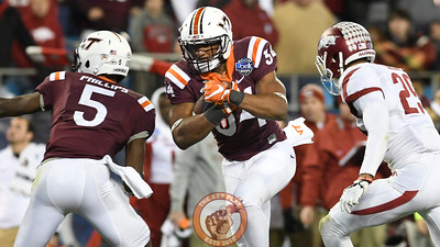 Virginia Tech running back Travon McMillian (34) carries the ball in the 4th quarter. (Michael Shroyer/ TheKeyPlay.com)