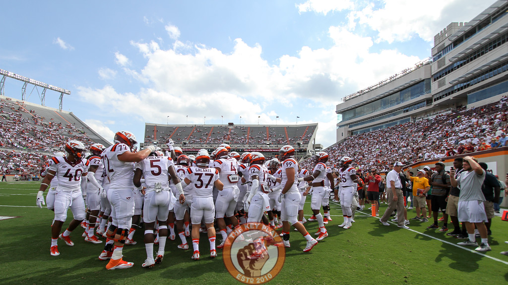 The Hokies huddle up before heading back to the locker rooms after warmups are complete. (Mark Umansky/TheKeyPlay.com)