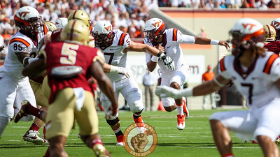 QB Jerod Evans (center) keeps the ball during action in the first quarter. (Mark Umansky/TheKeyPlay.com)