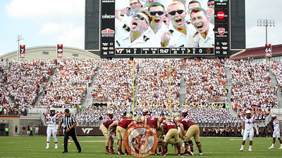 Boston College huddles up during another loud third down on offense. (Mark Umansky/TheKeyPlay.com)