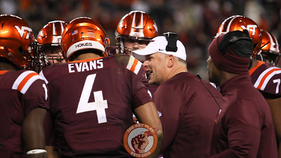 Virginia Tech head coach Justin Fuente (center) speaks with his offense before they go back out on the field in the 4th quarter. (Mark Umansky/TheKeyPlay.com)