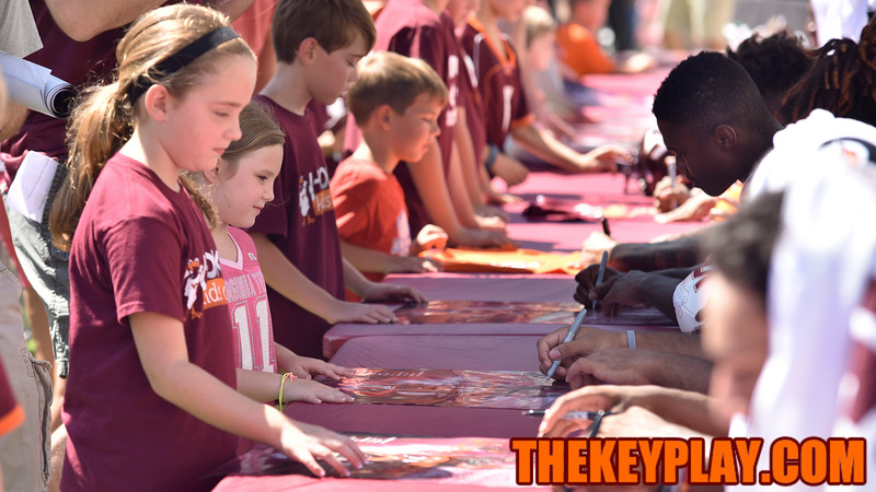 Fans line up to have their posters signed by the wide receiving unit. (Michael Shroyer/ TheKeyPlay.com)
