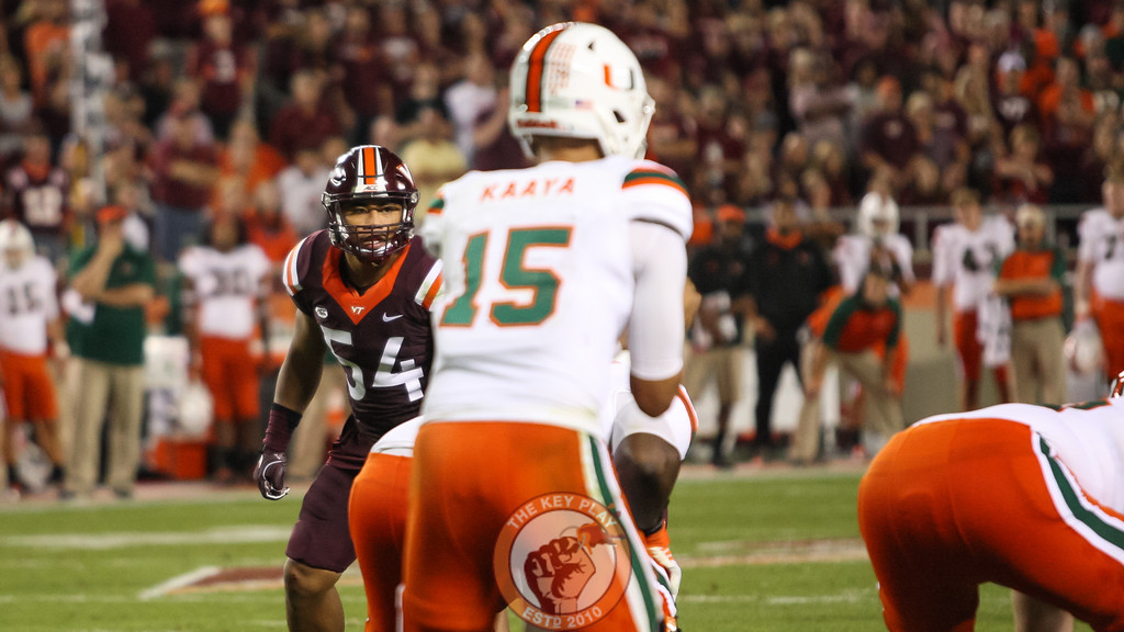LB Andrew Motuapuaka (54) looks on as Miami gets ready to snap the ball. (Mark Umansky/TheKeyPlay.com)