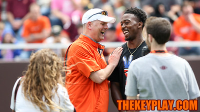 Head coach Justin Fuente speaks with former Virginia Tech QB Tyrod Taylor near halftime. (Mark Umansky/TheKeyPlay.com)
