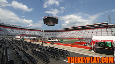Fans could buy seats on pit road inside the track. (Mark Umansky/TheKeyPlay.com)
