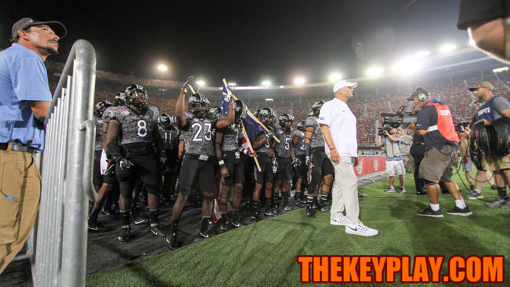 Head coach Justin Fuente stands in front of his team before they run onto the field during pregame ceremonies. (Mark Umansky/TheKeyPlay.com)