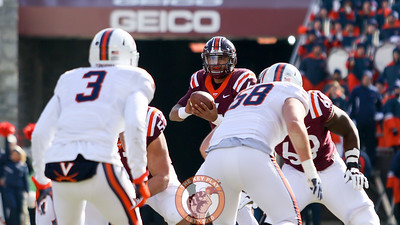 QB Jerod Evans looks downfield as he handles the snap. (Mark Umansky/TheKeyPlay.com