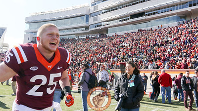 Sam Rogers runs back towards the tunnel after senior day festivities wrap up before the game. (Mark Umansky/TheKeyPlay.com