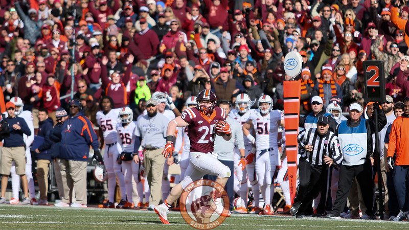 Sam Rogers runs by himself down the UVa sideline towards the endzone in the second quarter. (Mark Umansky/TheKeyPlay.com