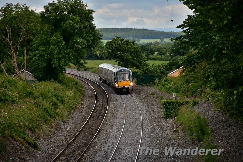 The 1710 Heuston - Athlone passes Killenard with 22042 Wed 22.06.16