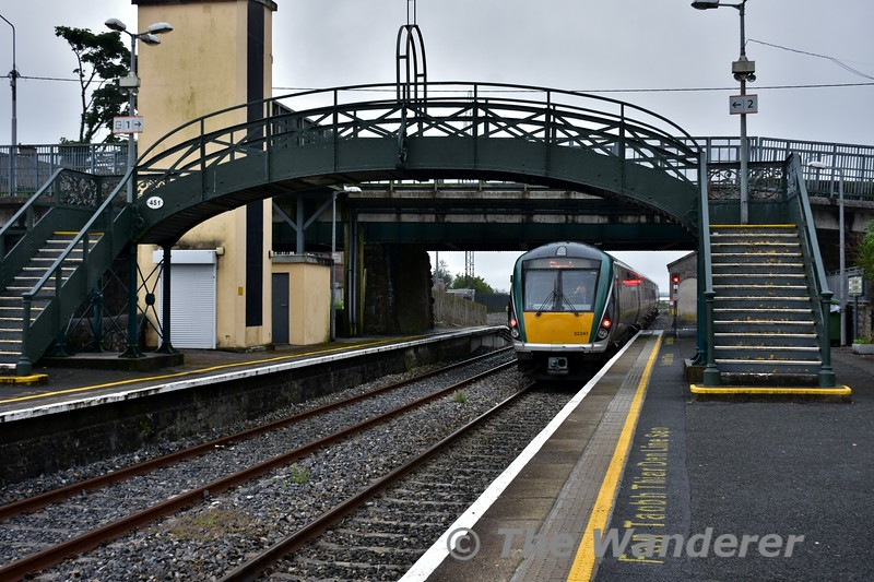 22043 departs from Longford with Noel Enright travelling home and giving us on the platform a departing salute. Sun 19.06.16