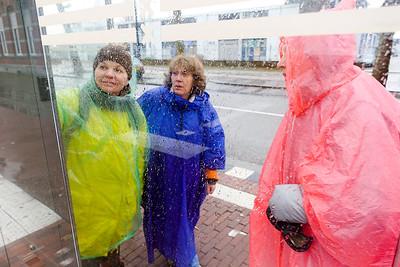 Amsterdam, Oostelijk Havengebied, 6 maart 2016. Lilia, Vera en Helena uit Jekatarinenburg, Rusland, onderweg naar de Pythonbrug die het Borneoeiland verbindt met Sporenburg.