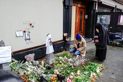 Amsterdam, Amstelveenseweg, bij de dichtgetimmerde shisha lounge Fayrouz, eindpunt van de stille tocht naar aanleiding van de onthoofding van Nabil Amzieb, 20 maart 2016, foto: Katrien Mulder