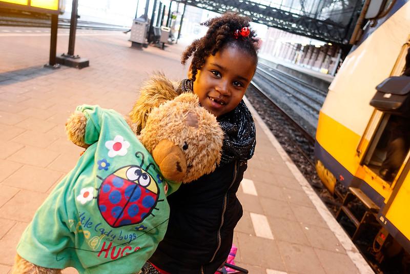 Amsterdam, 10 april, beer Belle logeert ieder weekend bij een ander kindje uit de klas. 2016, foto: Katrien Mulder