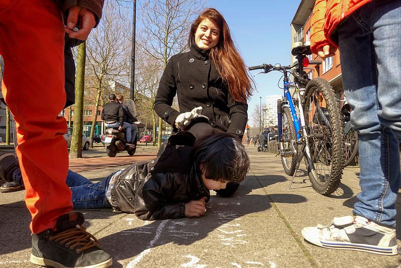 Amsterdam, 11 april 2016,  tante  uit Japan leert haar half japanse/ half nederlandse neefje japans schrijven op de stoep voor zijn school, foto: Katrien Mulder