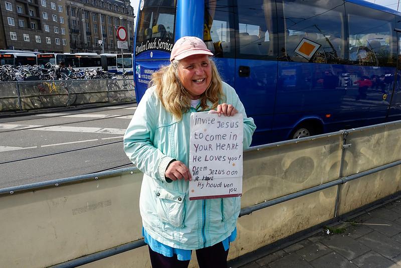 Amsterdam, degelijkse getuigenis van de liefde voor jezus bij het station, 14 april 2016, foto: Katrien mulder