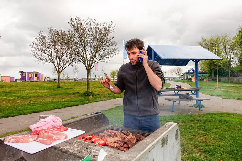Amsterdam, Santiago Montarini reist met zijn vrienden 4 maanden door Europa, hij komt uit  Argeninie, hij belt zijn moeder over de finesses van de barbecue,17 april 2016, foto: Katrien Mulder