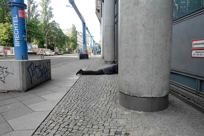 BRD, Berlin, 27 juni 2916, Man ligt op straat, foto: Katrien Mulder