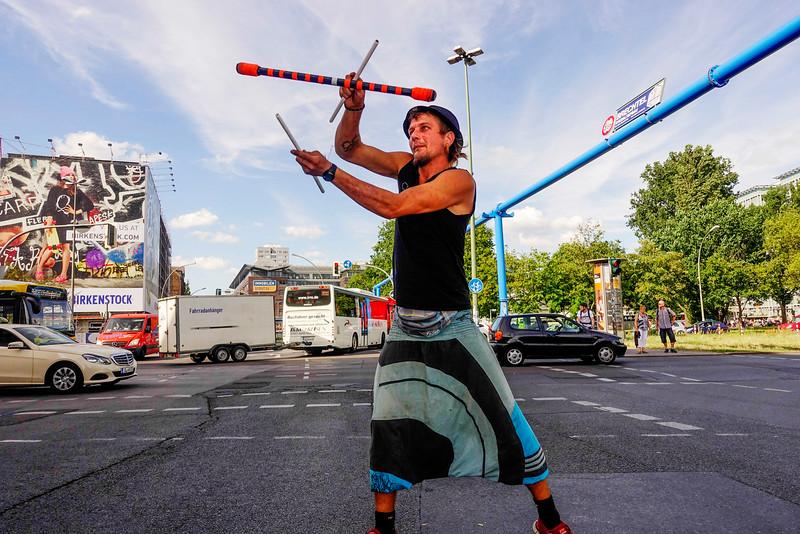 BRD, Berlin, 29 juni 2016,  Kamil uit Polen  jongleert op kruispunt in Berlijn, Kamil from Poland juggles on crossroads in Berlin,foto: Katrien Mulder